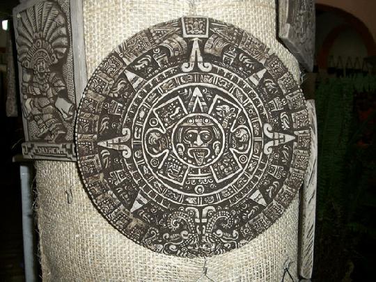アズテック柄の元となっている模様の施されたカレンダー
